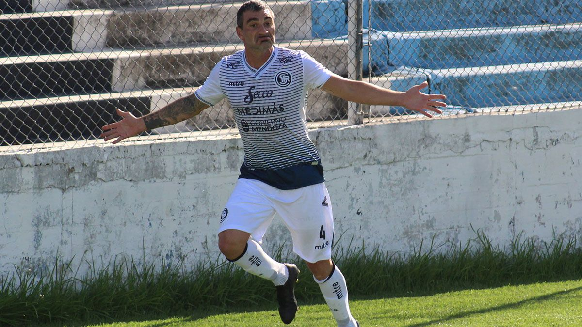 El defensore Paolo Impini festejando su gol ante Almagro.