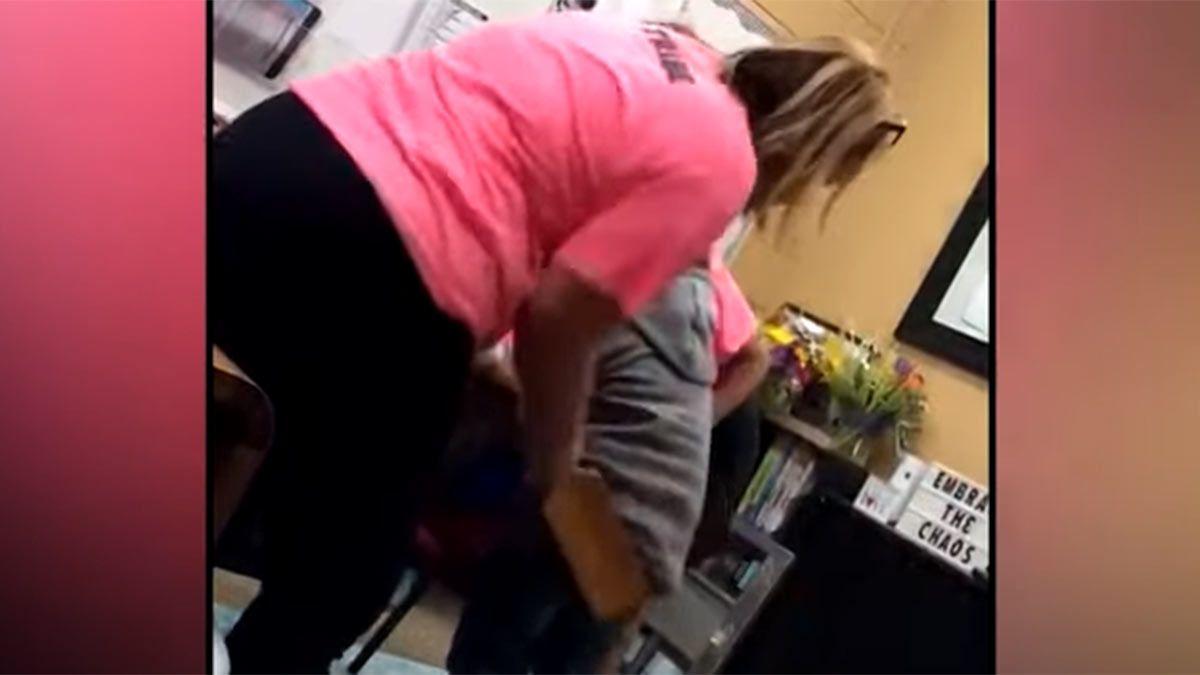 Captura de video: la increíble escena en la que una docente golpea a una alumna en las nalgas con una tabla.