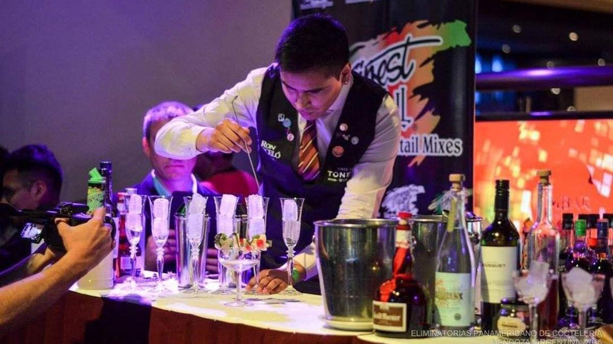 Se llama Darío Navarrete y con solo 26 años tiene una historia muy rica. Fue un reconocido barman de la Arístides