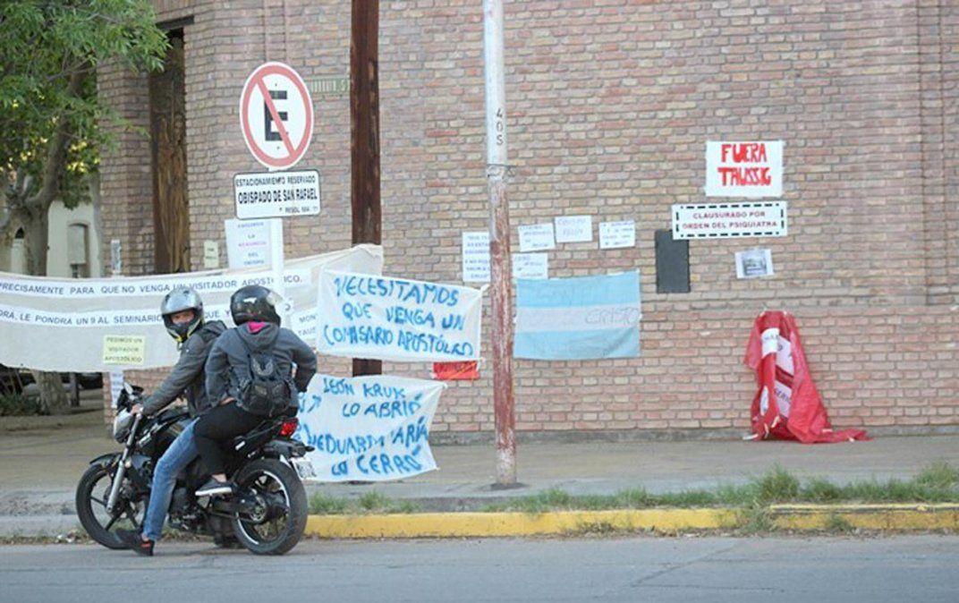 Los carteles pidiendo la renuncia de Taussig. Foto Diario San Rafael.
