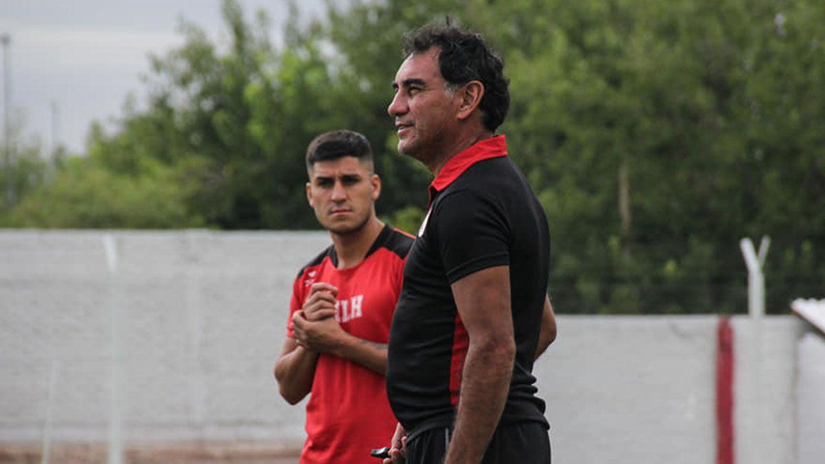 Nicolás Inostroza está junto al entrenador Darío Alaniz.