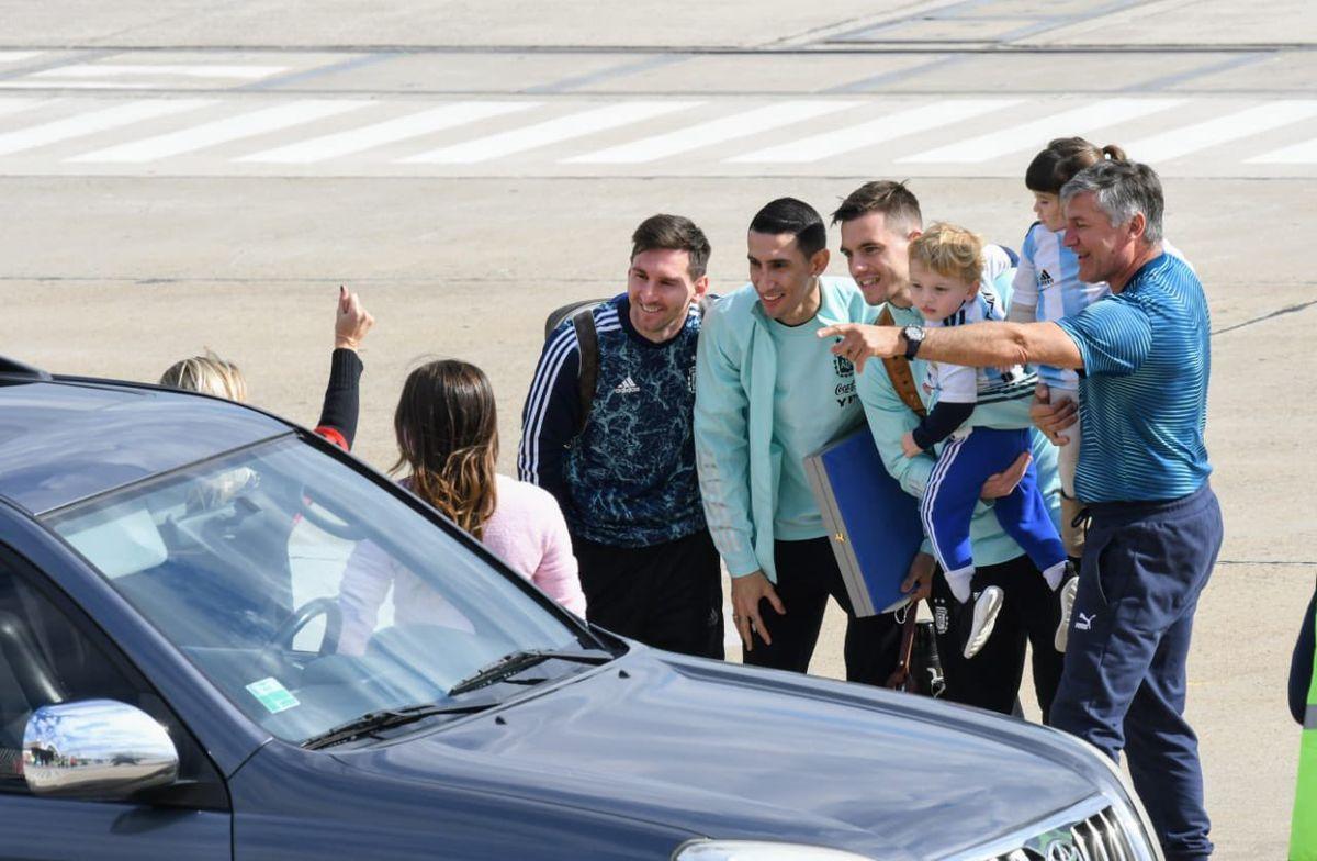 Lionel Messi se abrazó con Antonela Roccuzzo y se sacó fotos con las familias de Di María y Lo Celso.