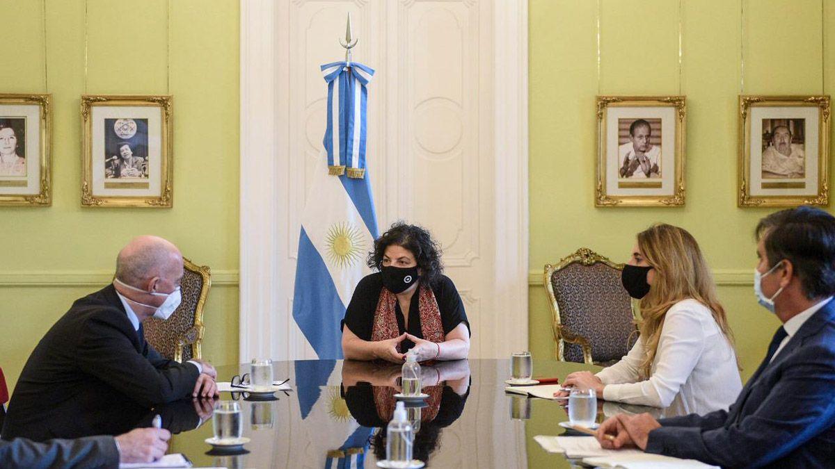La ministra Carla Vizzotti y otras autoridades del Ministerio de Salud se reunieron eon el embajador del Reino Unido
