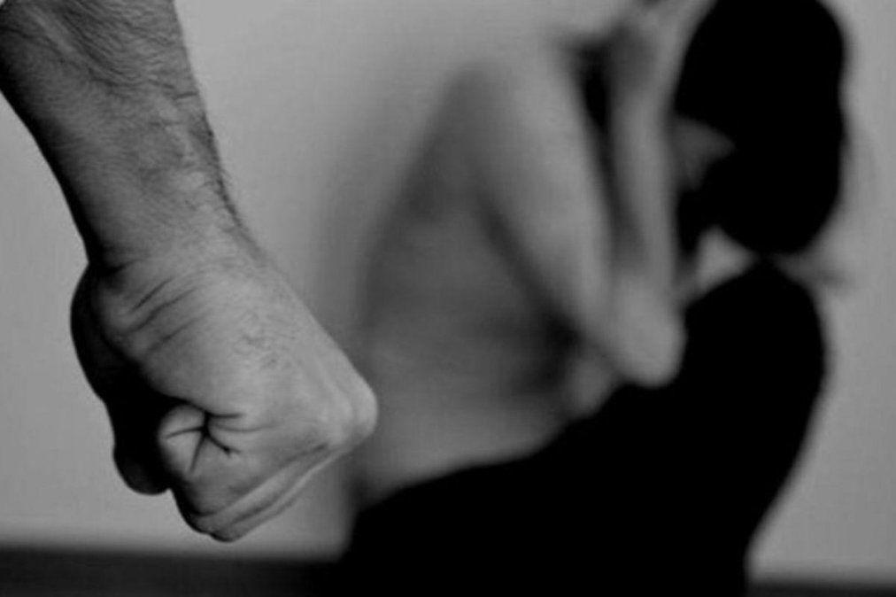 En Bahía Blanca un hombre estaba siendo detenido por una denuncia de violencia de género cuando le dio un golpe a la mujer policía y la desmayó.