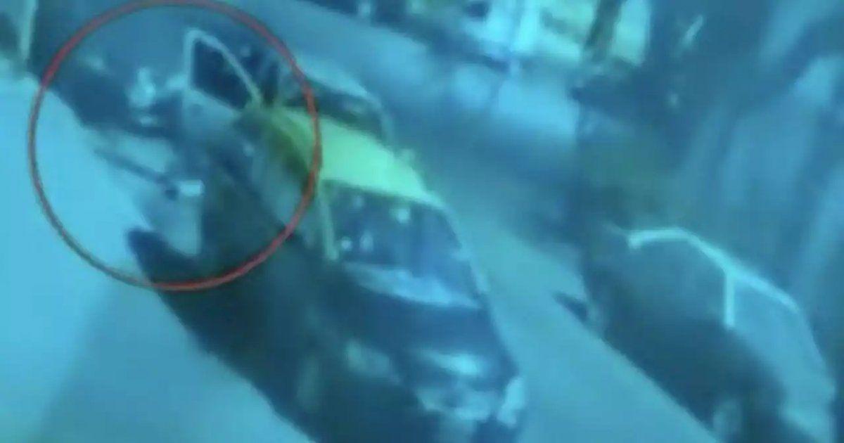 El cadáver de un hombre fue tirado de un vehículo en Buenos Aires.
