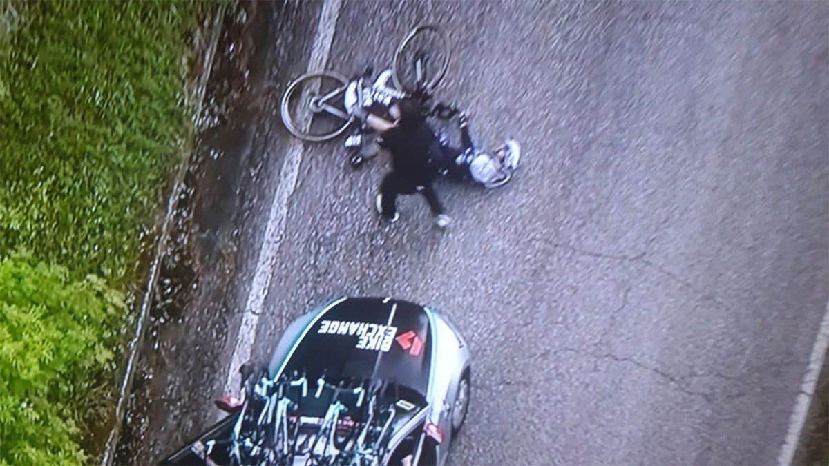 Un auto atropelló a un ciclista en el Giro de Italia