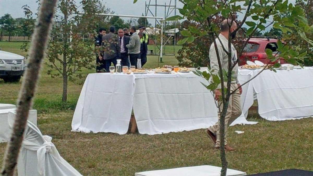 La Policía de Tucumán desalojó un predio en el que un concejal de la localidad de Alderetes celebraba la fiesta de 15 de su hija con 400 invitados. Foto: Gentileza La Gaceta de Tucumán.