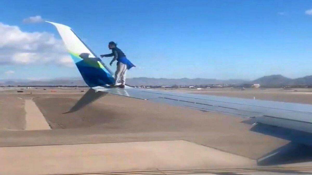 ¡Que hizo! Un hombre caminó sobre el ala de un avión.