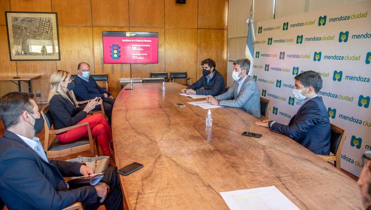 La Municipalidad de Mendoza firmó un convenio con la Secretaría de Servicios Públicos de Mendoza para realizar el mantenimiento de la red de semáforos. Foto: Gentileza Prensa Municipalidad de Mendoza.