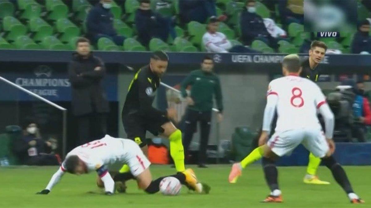 Este es el momento en que Sergio Escudero apoya el brazo en el piso y se lesiona. Foto: gentileza.
