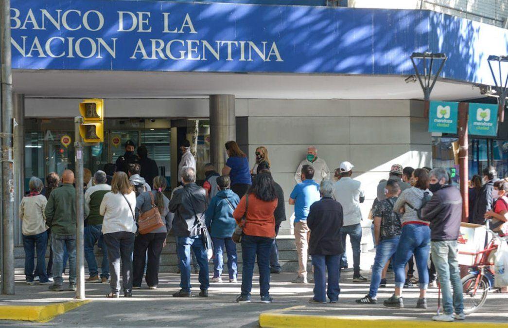 Primer viernes de circulación sin restricciones de DNI en Mendoza. Mucha gente en los bancos Foto: Martín Pravata / Diario UNO.