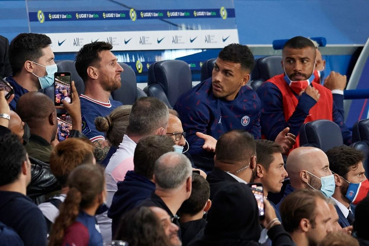 Lionel Messi, enojado, junto a los suplentes del PSG.