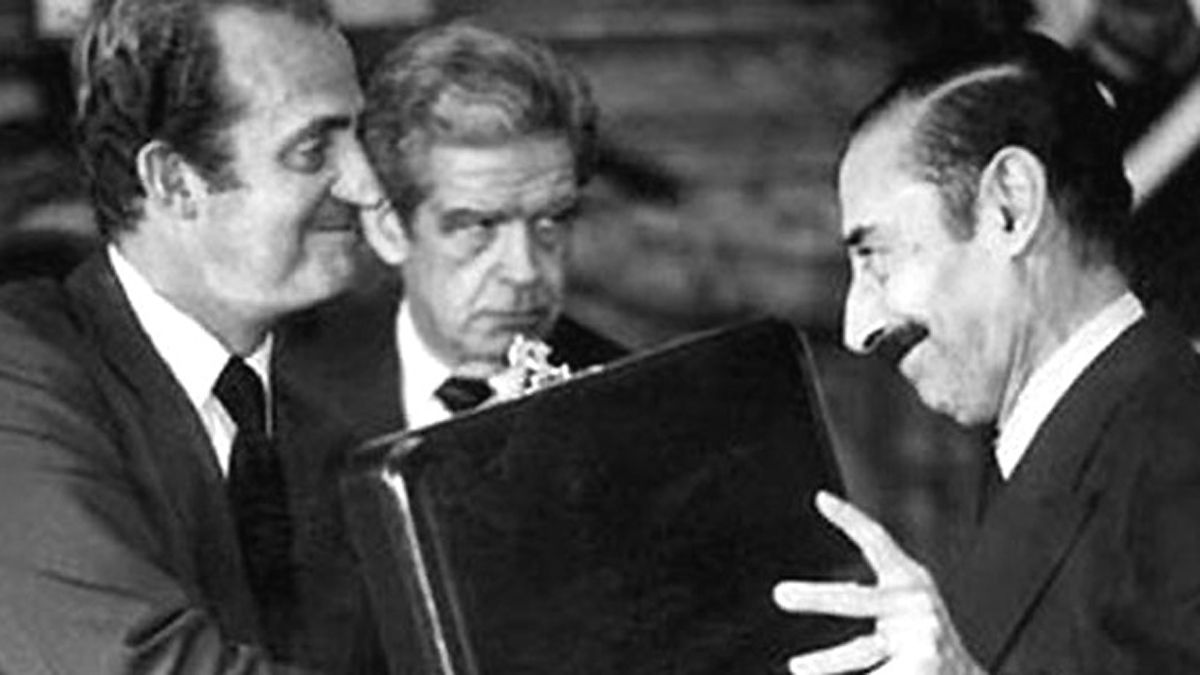 Piden en España que retiren una condecoración a Videla
