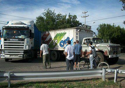 El choque de dos camiones obligó a cortar el tránsito en General Alvear