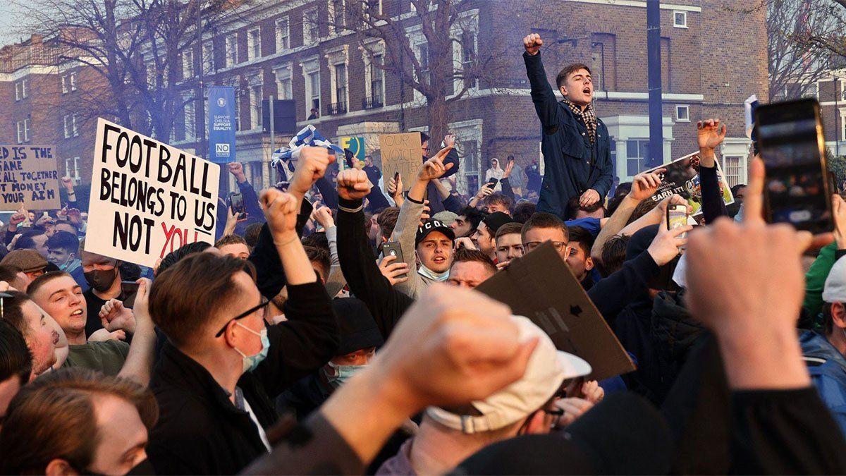 Hinchas protestaron en contra de la creación de la Superliga europea.