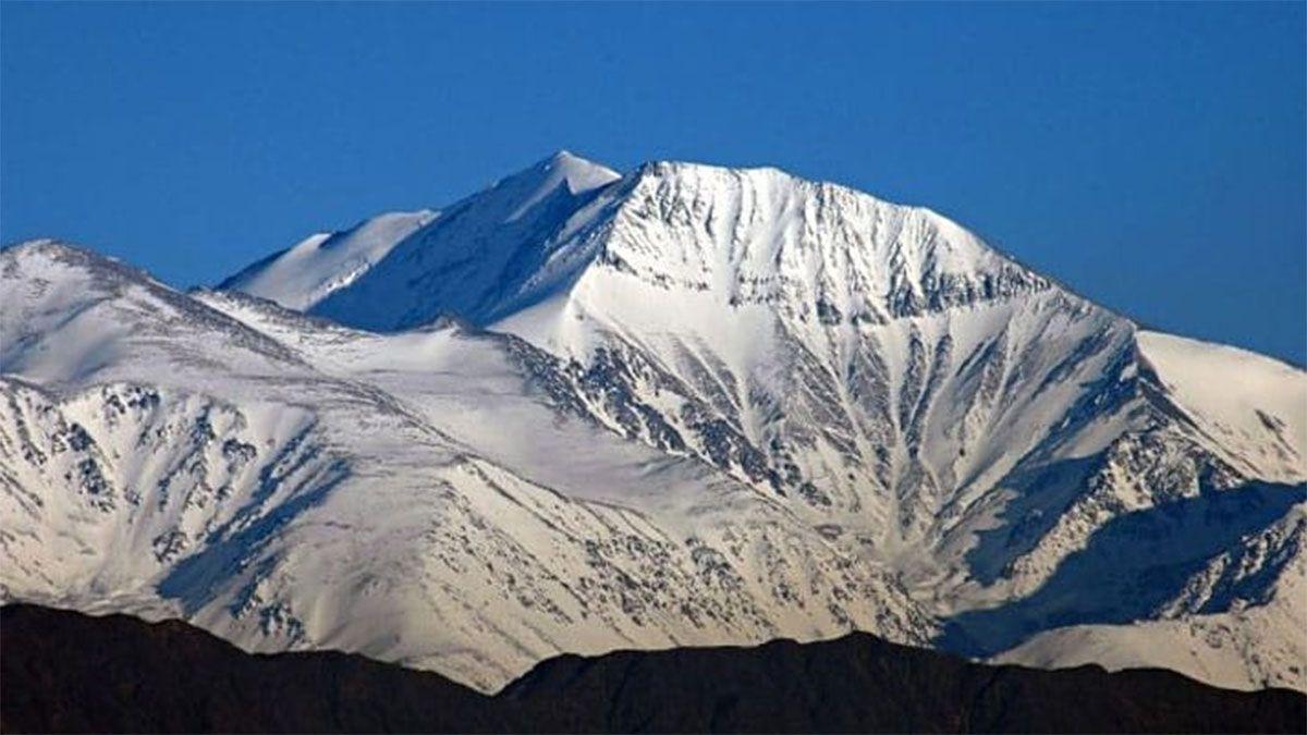 El cerro El Plata está a 5.956 metros de altura. El operativo de rescate de los cuerpos congelados se iniciará el lunes.
