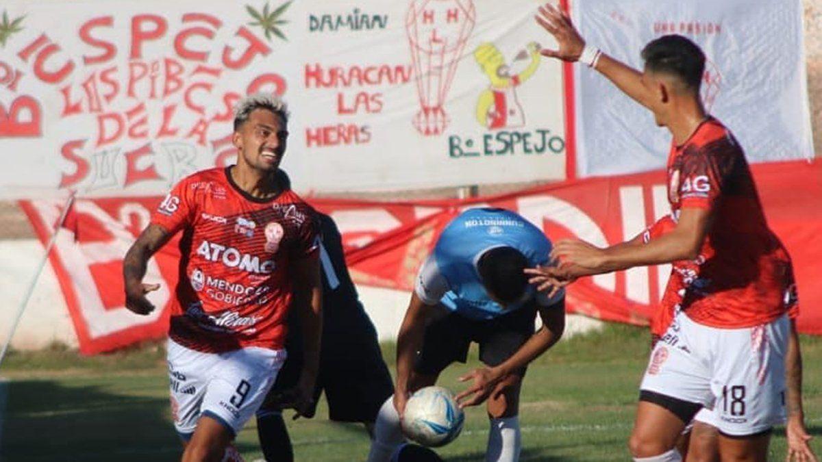 Lucas Agüero festejaba su gol ante Ciudad de Bolívar junto a Bruno Nasta.