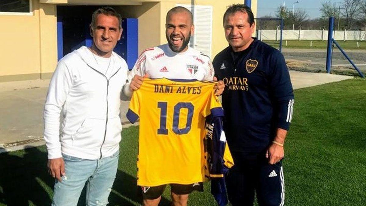 Dani Alves posa con Raúl Cascini y el Chelo Delgado. ¿Jugará en Boca?