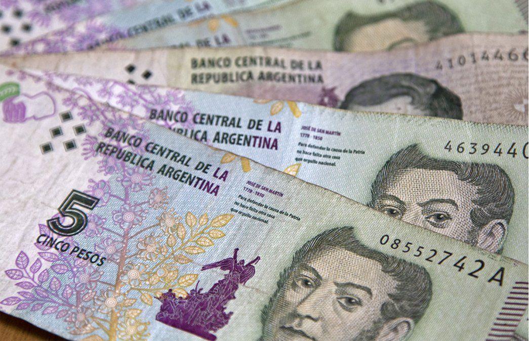 El Banco Central prorrogó hasta el 30 de diciembre próximo el plazo para que los bancos puedan recibir y canjear por monedas los billetes de 5 pesos. Foto: NA.