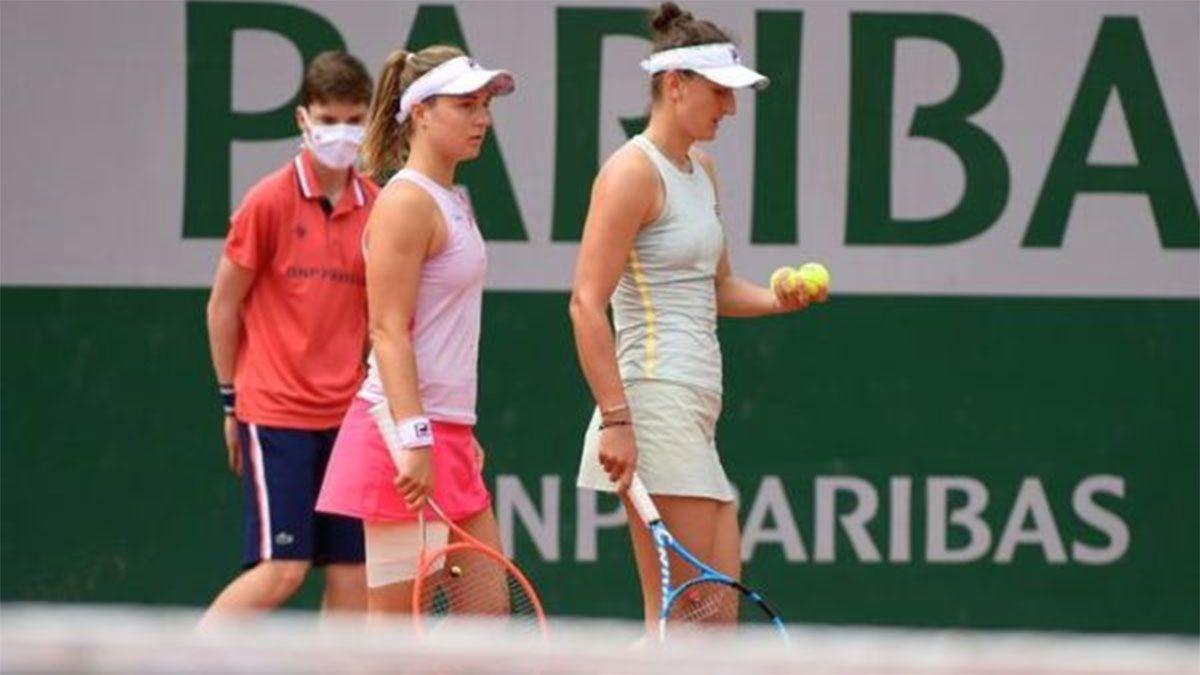 Nadia Podoroska juega en dobles con la rumana Irina Begu en Roland Garros.