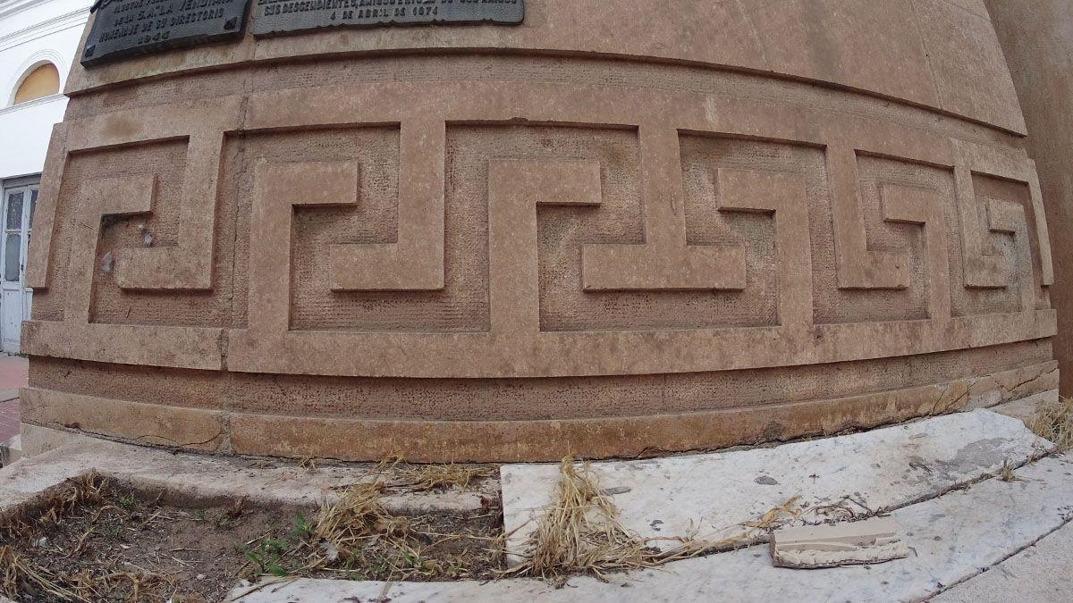 Rodeando el mausoleo de la familia Benegas, se puede notar la CADENA DE UNIÓN.