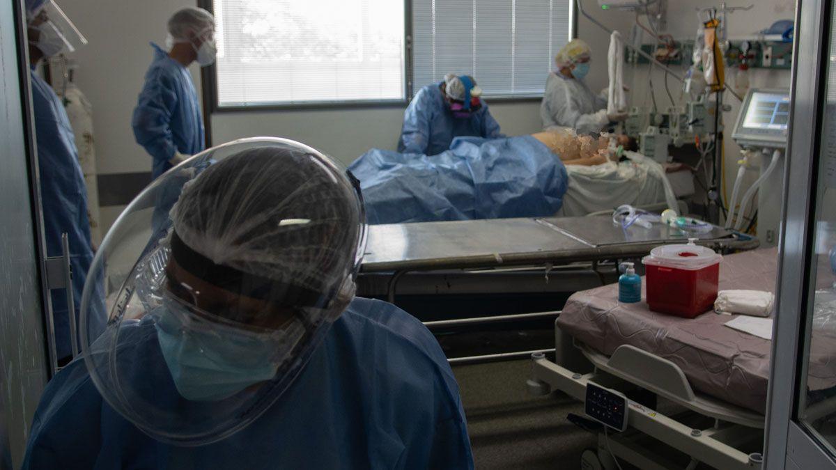 Los casos positivos de Covid-19 descendieron en una semana pero aumentó la cantidad de muertos.