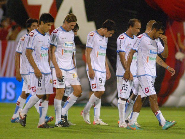 Un policía rosarino le pegó un bastonazo a un futbolista de Belgrano