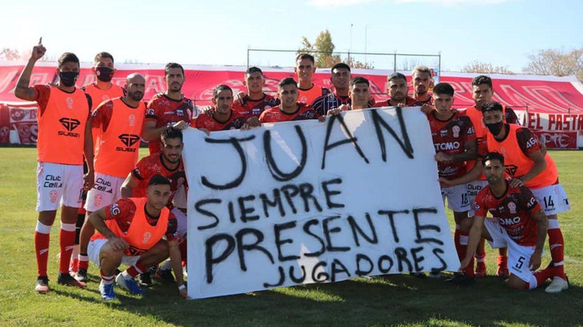 Los jugadores el domingo posaron con una bandera en homenaje a Juan.
