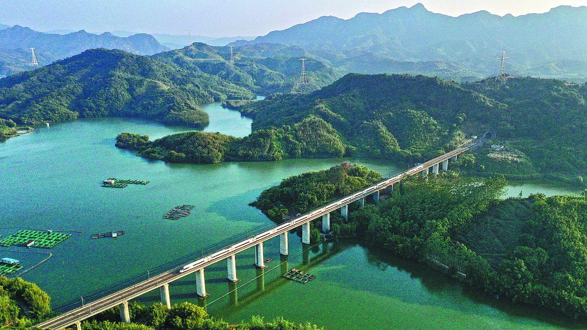 Un tren viajando en un pintoresco entorno en Qingyuan