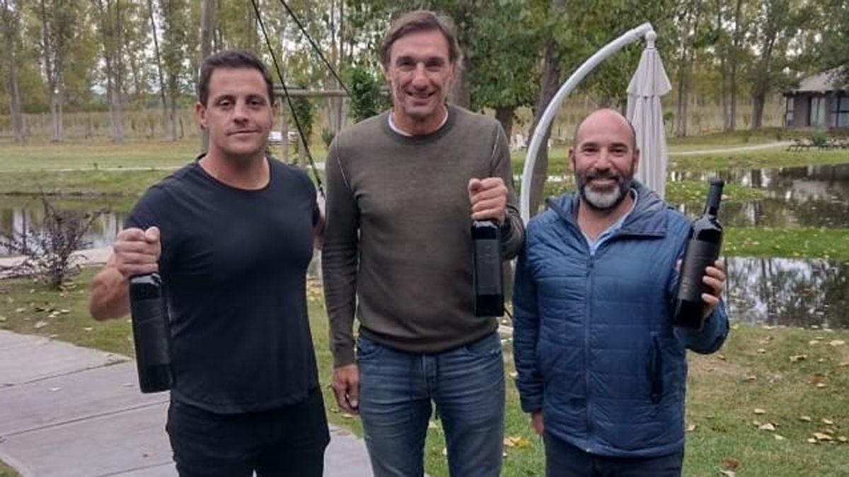El Flaco Schiavi, con Eusebio Guiñazú y el enólogo Gonzalo Mazzotta, presenó Último Hombre.