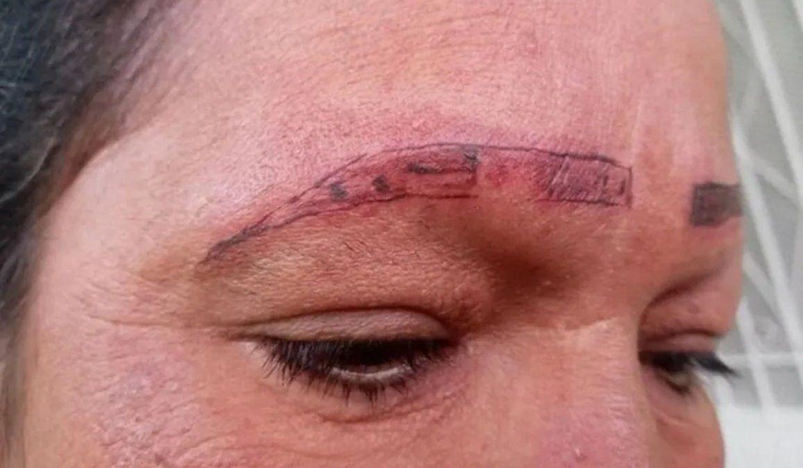 Se quiso tatuar las cejas y ¡mirá cómo la dejaron!