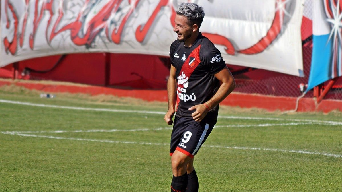 Matías Persia y bailecito en el gol a Sportivo Las Parejas.