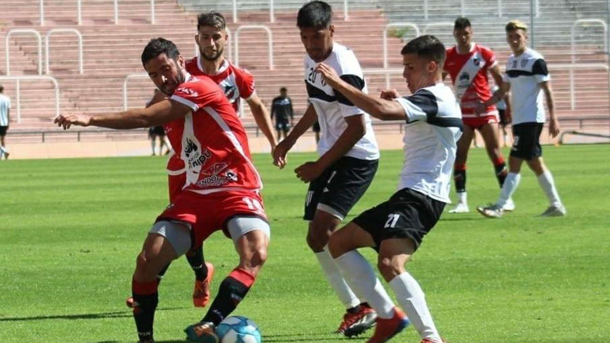 El volante Ezequiel Riera está en acción. Foto: Prensa Deportivo Maipú.