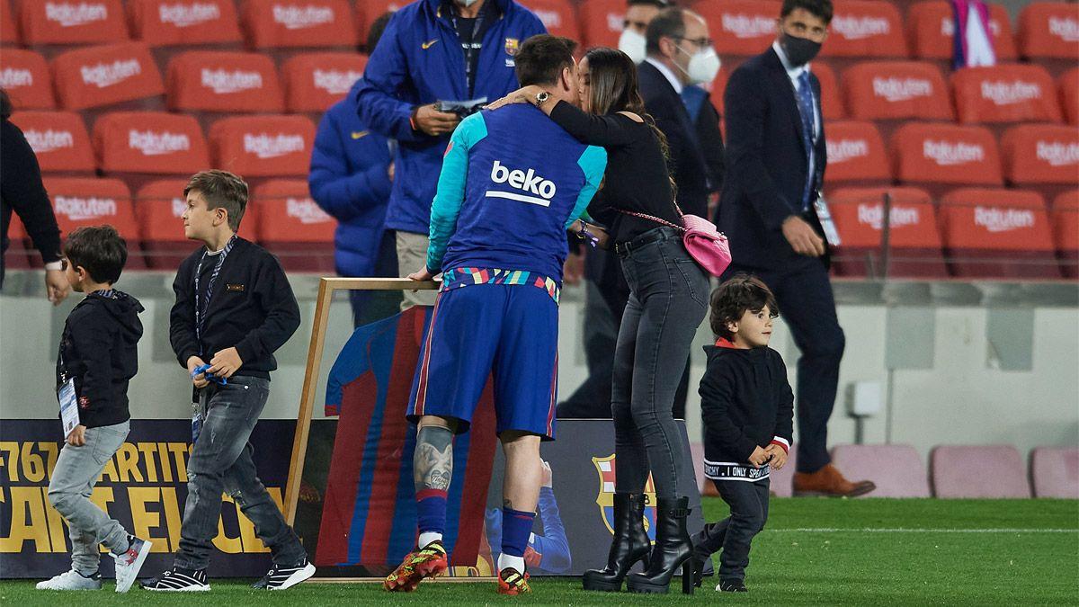 Messi fue homenajeado por el Barça y posó junto a su familia