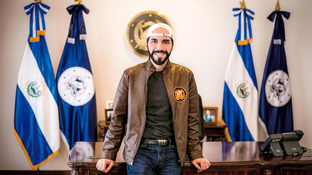 El presidente Bukele es una mezcla de Bolsonaro y Trump por derecha; y de Maduro y Putin por izquierda. Es un fanático de internet y se pasa el día mirando la pantalla del celular.