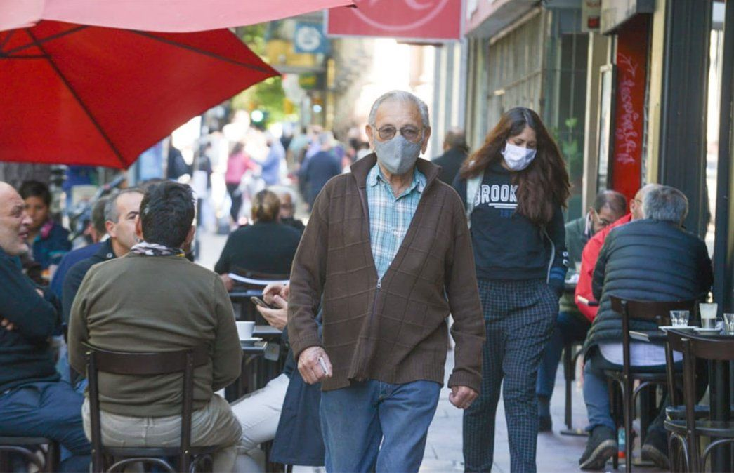 Primer viernes de circulación sin restricciones por DNI en Mendoza. Explotaron los cafés céntricos. Foto: Martín Pravata / Diario UNO.