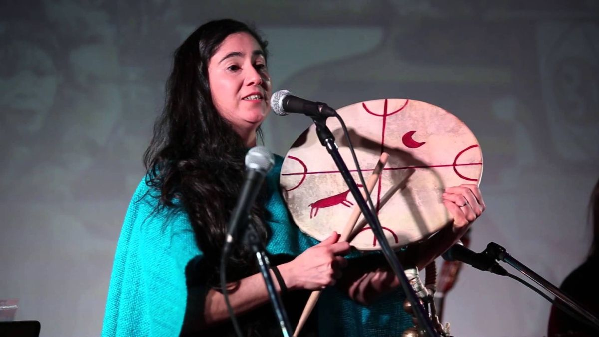 La licenciada en folklore y representante de la cultura mapuche Anahí Mariluán presentará este domingo desde las 19 un show vía streaming de sus canciones en lengua mapuzungu.