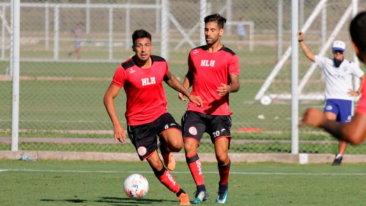 Enzo Tejada lleva la pelota