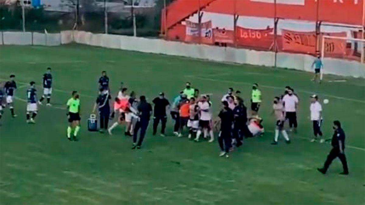 Violentísima batalla campal en un partido de la Primera C