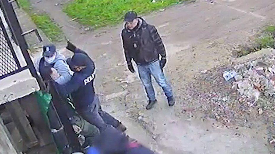 Delincuentes disfrazados de policías asaltaron a una familia