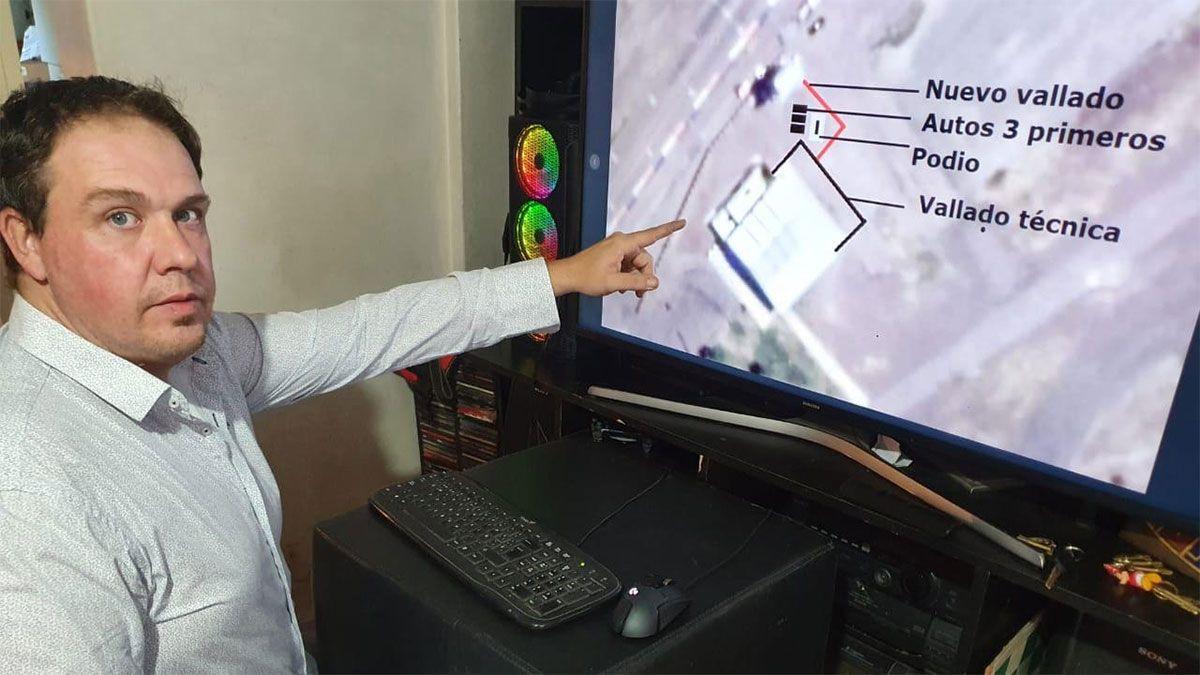 Gianluca Vega mostrando cómo será la ubicación del innovador podio que pondrá en escena el Vendimia.