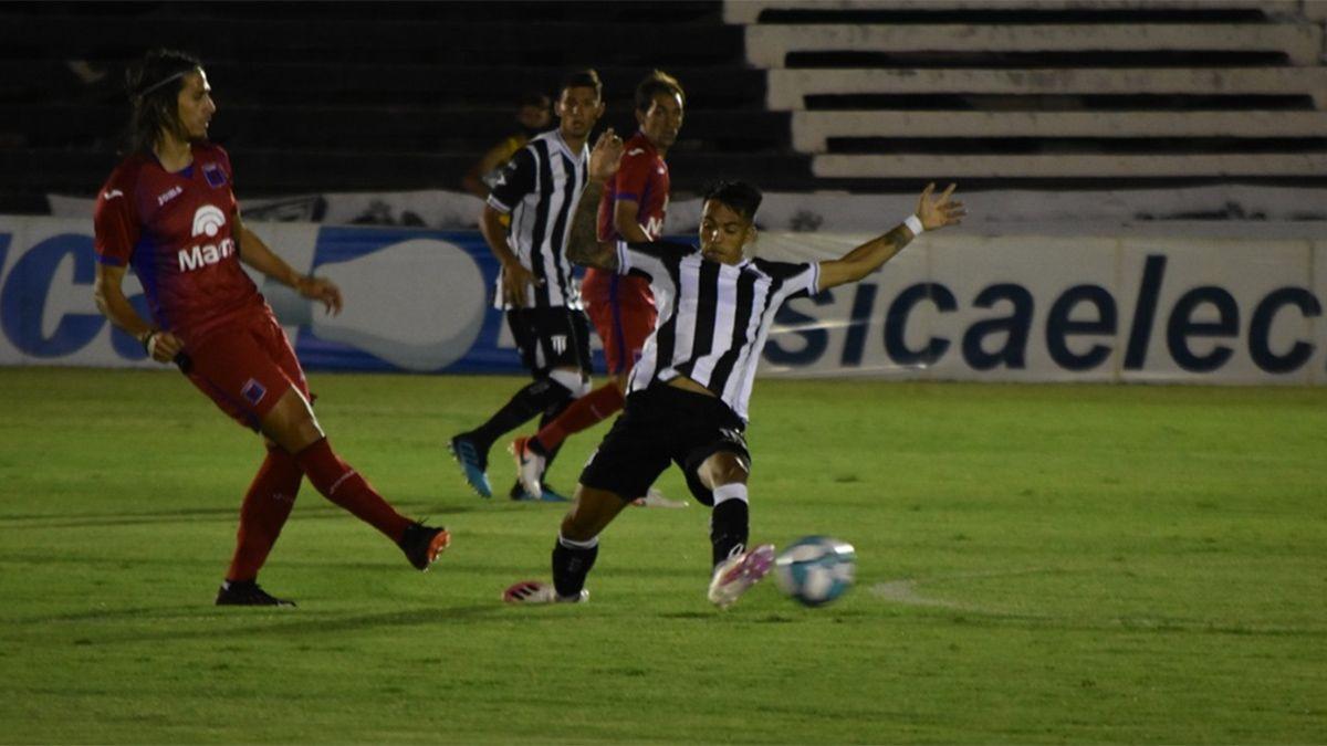Santi González maniobra ante un rival de Tigre.
