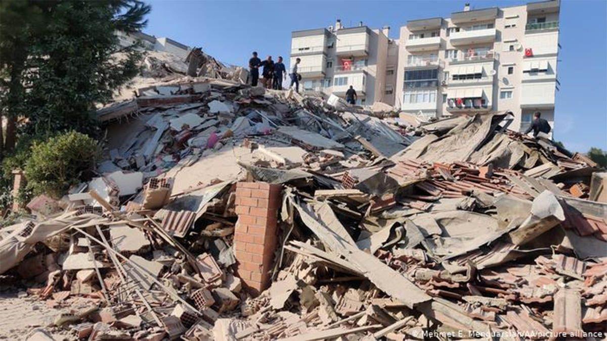 Cayeron varios edificios por un sismo en Turquía y Grecia