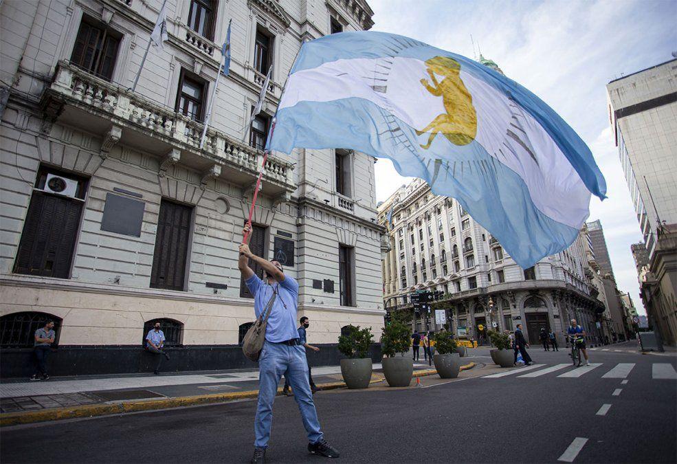 Militantes anti aborto legal con sus banderas en el Congreso