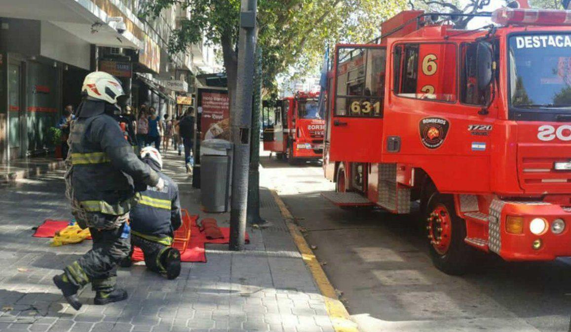 Los bomberos debieron acudir al edificio de Avenida Santa Fe para rescatar el cuerpo de la mujer que murió al caer por el hueco del ascensor al segundo subsuelo de uno de los ascensores del edificio.