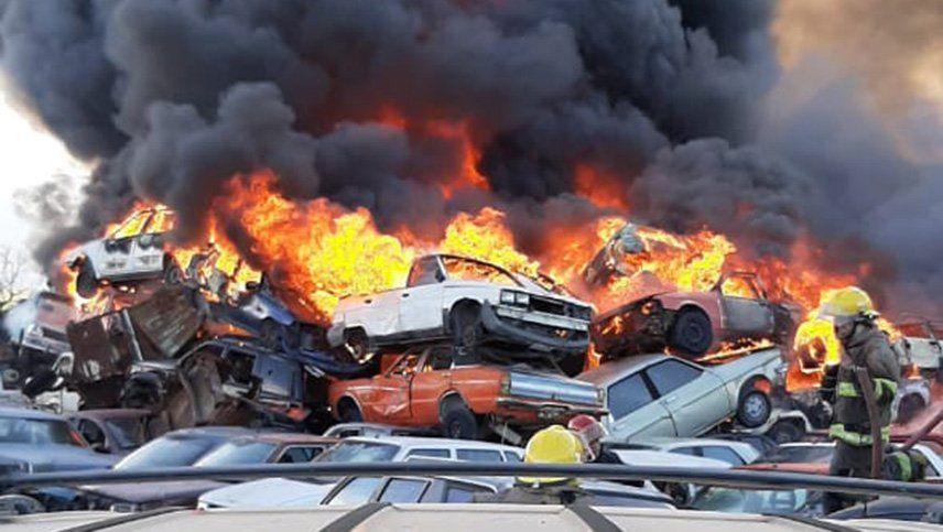 Imágenes del incendio en la playa San Agustín que afectó a más de 40 vehículos