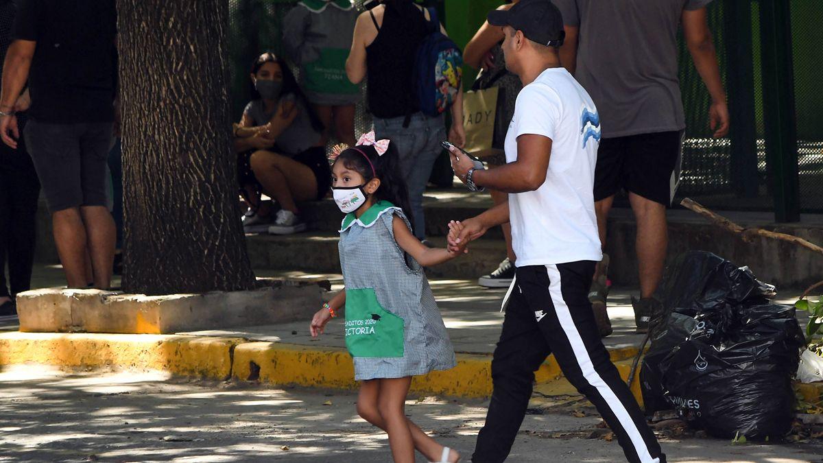 Bajan los casos de coronavirus en Argentina. Este lunes comienzan las clases en la mayoría de las provincias.