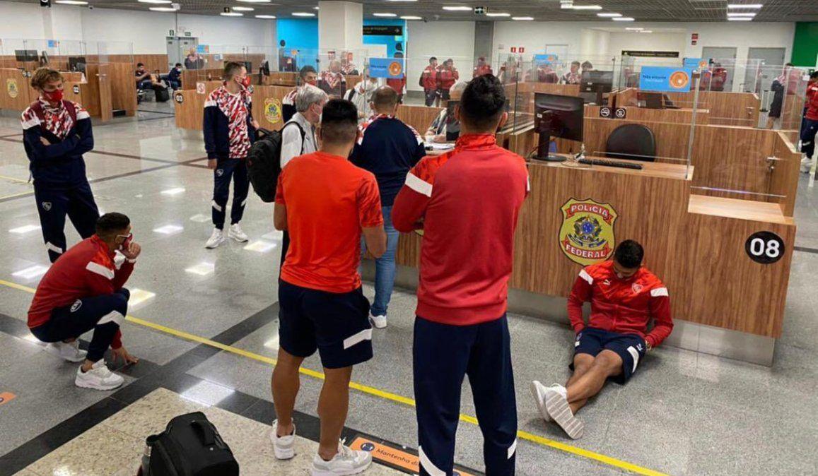Independiente: dieron positivo de Covid y debieron dormir en el aeropuerto de Brasil