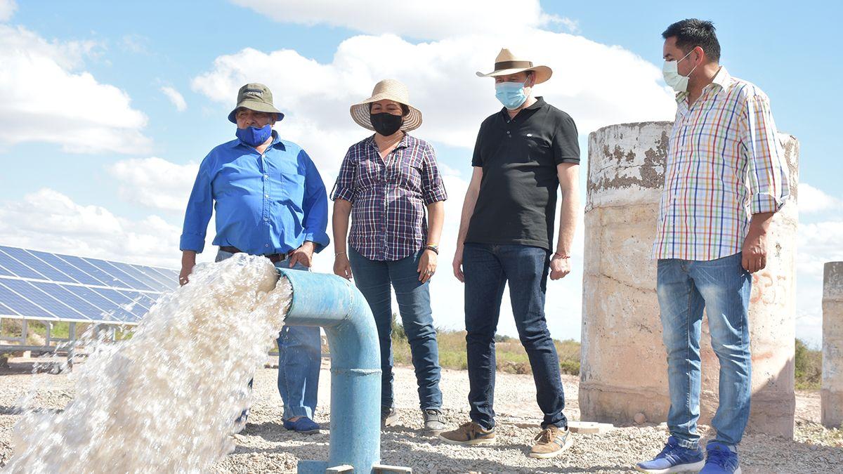 Este pozo de agua existente fue equipado con una bomba de bajo consumo y paneles solares para su funcionamiento.