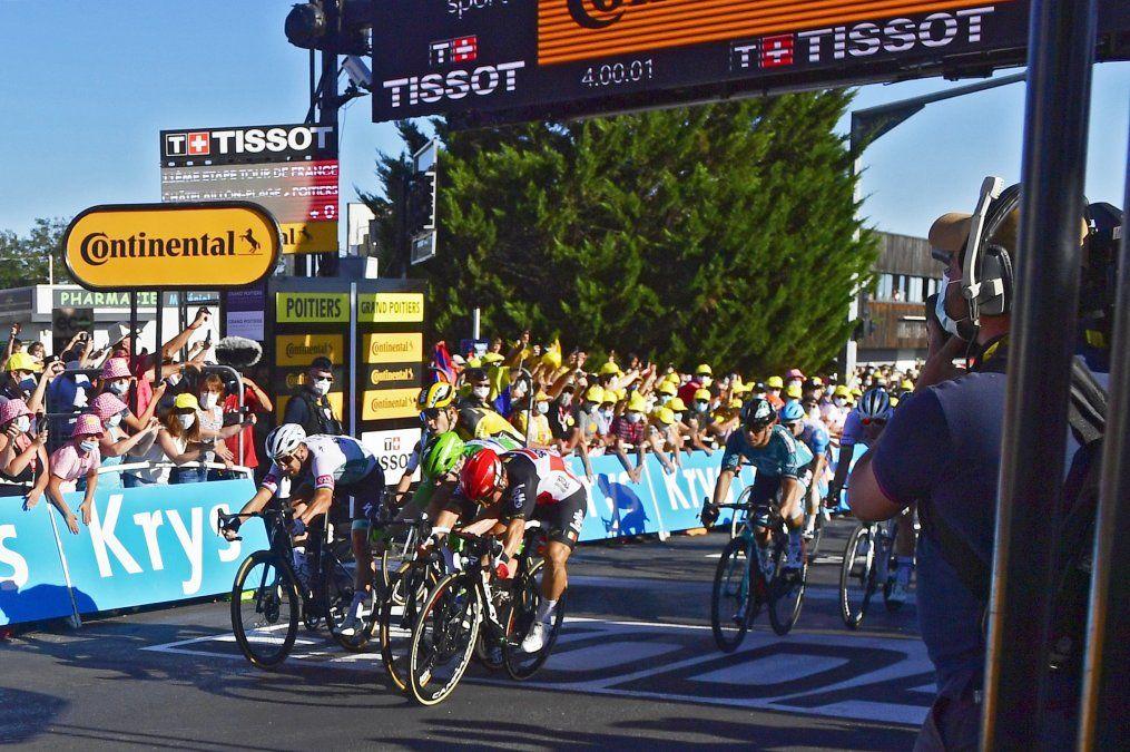 El australiano Ewan gana etapa y el esloveno Roglic sigue al frente del Tour de Francia.